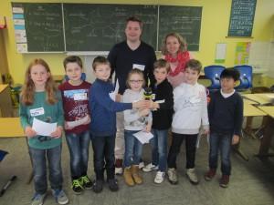 """Doro und Philipp vom """"Kiraka"""" mit einigen Kinder der 4a bei der Aufnahme der Klicker-Nachrichten"""